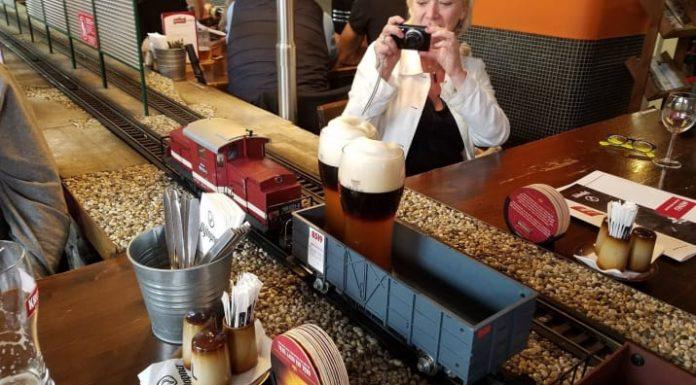 Cerveza en la barra con estilo en tren